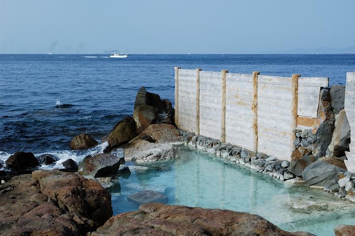 白浜温泉は、日本書紀にもその名を残すほどの歴史ある温泉地です。 京都・大阪からは電車で一本。2時間10分で到着することができ、車では大阪からおよそ170㎞の位置にあります。  海水浴場としても人気の高い白浜には、多くのリゾートホテルが建ち並び日帰り入浴を楽しむこともできます。 また、外湯と言われる入浴施設も数多くありますので、車やバスで湯めぐりを楽しむ人も多くいます。