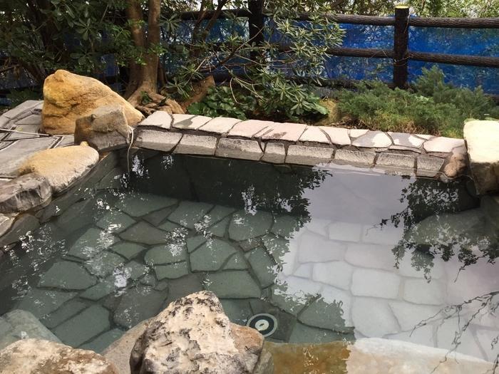 代表的な外湯は「崎の湯」・「しらすな」・「松の湯」・「網の湯」・「牟婁の湯」・「白良湯」の6つがあります。  ※「しらすな」は水着で入浴する温泉ですのでご注意ください。  潮風を肌で感じられる露天風呂はもちろん、大きな窓から外の景色な望める「崎の湯」や「白良湯」もおすすめですよ。