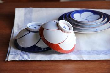 こちらはぜひご夫婦で合わせて使ってほしい、白山陶器の「ねじり梅 飯わん」です。お茶碗をふせたときに梅の柄がわかるようになっていますね。青色のほうがちょっと大きく作られています。結婚祝いのギフトにもおすすめです。