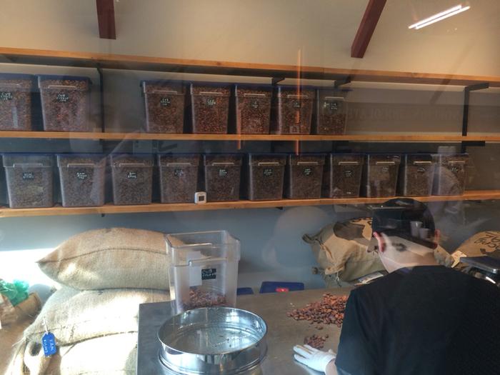 ダンデライオン・チョコレートでは、カカオ農園から良質な豆を直接買い付け、 選別から、テンパリング、成型、ラッピングまで、すべての工程を自分達のファクトリーで行っています。 その姿勢からは、カカオ豆やチョコレートに対するこだわりが伝わってきますね。