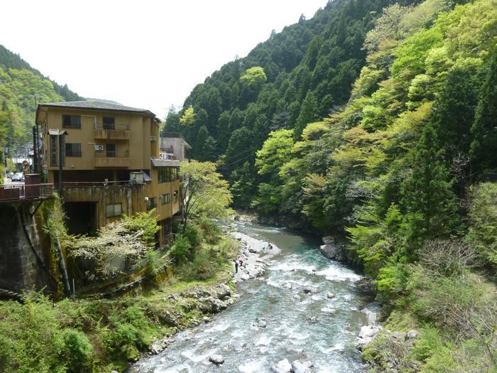 和歌山の龍神温泉は、「日本三美人の湯」の1つに数えられています。 入ると美人になれる、という言葉は女性にとっては魅力的ですよね。  江戸時代には歴代の紀州徳川藩主の別荘地として栄えたという歴史ある名湯でもあります。 アクセスは大阪から電車とバスを乗り継いで3時間ほど。車の場合は大阪から2時間程度です。  和歌山の山間部に位置しており、交通の便が良いとは言い切れませんが穏やかで静かな温泉地ですので、喧騒を避けたい方にはぴったりです。