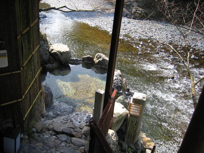 中にはこんな川のそばのお風呂も…!川の流れる音に耳を傾けながらつかる温泉は最高に心地よいでしょうね。 こんな時ばかりは、日常生活を忘れてゆっくりと体を癒すことができそうです。
