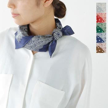 シルクスカーフの優しい肌触りが嬉しいちょこんとスカーフ。シンプルなシャツやTシャツにもよく合います。