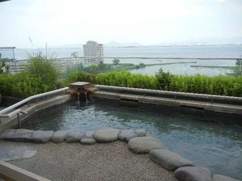 おごと温泉は滋賀県の中でも京都寄りにある温泉地です。 比叡山のお膝元でもあり、1200年の昔比叡山の伝教大師、最澄によって開湯されたといわれています。  泉質はアルカリ性単純温泉で、肌への刺激が少ないのが特徴です。このため、子供さんや肌の弱い方でも気軽に入ることができるのも魅力の一つです。