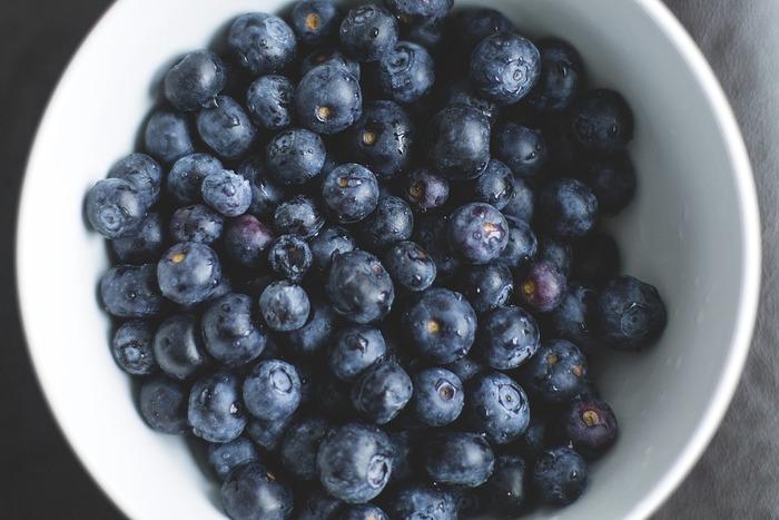 ブルーベリーはアントシアニンが多く含まれて、視力回復や血流を良くする効果が期待できます。さらに高い抗酸化機能によるアンチエイジングにもアントシアニンの効果が発揮されることでも注目されています。 品種が多く、寒冷地に適したものと暖地を好むものがあり、全国でそれぞれ適した品種を栽培することができます。