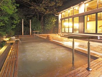 おごと温泉エリアには足湯などはありますが、共同入浴場はあまりありません。そのかわり、京阪神からのアクセスの良さから宿泊施設が昼食付の日帰り入浴プランを多く取り揃えてくれています。  普段なら宿泊しなければ入れないラグジュアリーな温泉や料理を楽しむことができるほか、プランによってはお部屋で休憩できるプランも。