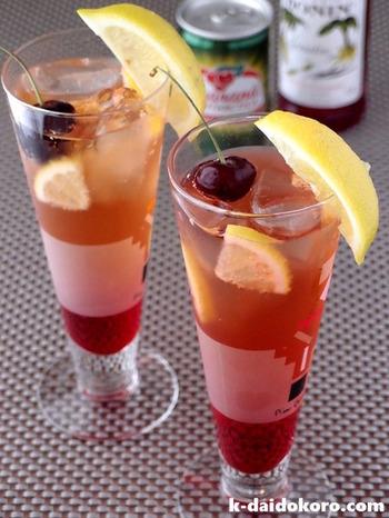 Barでも定番で人気のシャーリーテンプル★20mlのグレナデンシロップに対して180mlのジンジャエール(ガラナ・アンタルチカ)を注ぎ、お好みでチエリーと薄切りにしたレモンを浮かべれば出来上がり♪グレナデンシロップはザクロのシロップのことで、とっても甘いお子様にもお勧めのモクテルです☆