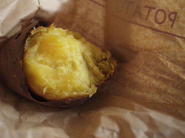 『九里(栗)より旨い十三里』とまで言われるサツマイモ。(諸説ありますが、九里=栗より四里旨いからとか) 食欲の秋には欠かせない本格的焼き芋を自宅で簡単に作れたら……なんて素敵でしょう♪ いろいろな品種のサツマイモがありますし、お好みに合う物を探して是非自家製焼き芋に挑戦していただきたいです。  ところで、みなさんは焼き芋をどうやって作っていますか? お手軽に電子レンジで作るという方法を選んでいる方も多いかと思いますが、ここは少し時間をかけて本格的な 焼き芋をオーブンで作ってみませんか?