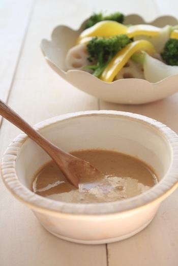 滋養強壮や美髪効果が期待できる、松の実を炒って潰し、黒酢と混ぜて作ったドレッシング。松の実の香ばしさと黒酢のコクで風味もゆたか。ゆで野菜や淡白な白味魚にも合うドレッシングです。