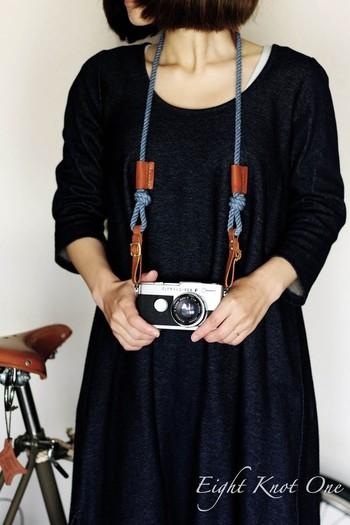 革とロープを組み合わせたユニークなストラップ。ロープは手染めで仕上げていて、独特な風合いが魅力です。カメラポーチのストラップとして使ってもかわいいですよ。ロープを結んで長さを自在に調節できるので、使い勝手がよさそうです。