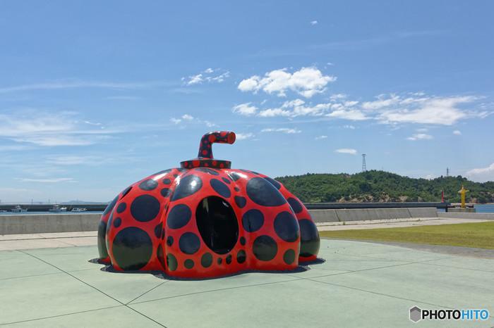 フェリーを降りれば、草間彌生さんが作った巨大なかぼちゃのオブジェがお出迎えしてくれます。