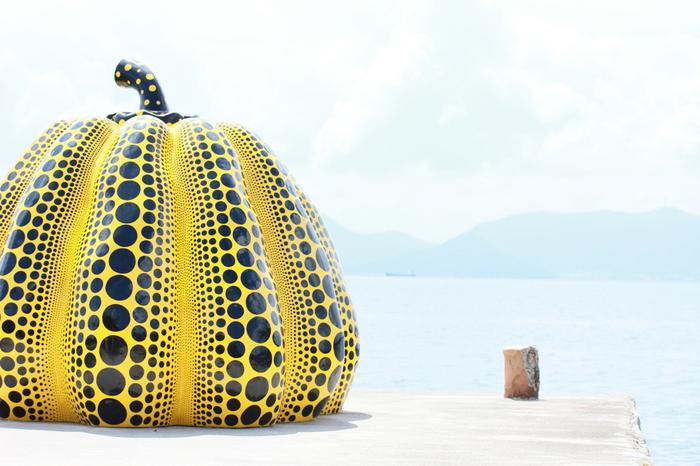 こちらも草間さんの作品。  「直島」と言えば・・・・!というくらい有名な街のシンボル。  ベネッセハウスの目の前の海岸にありますよ♪