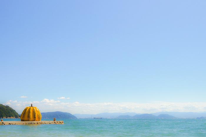この黄色いかぼちゃは台風の影響をうけてしまうことも。  これも海に突き出すアートさゆえ・・・・。  海と空と黄色いかぼちゃ。 素敵な写真が撮れること間違いなし!