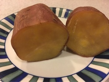 しっとりとした焼き芋を楽しみたい方は炊飯器で作るのがおすすめ! 水を入れて加熱することで、レンジやオーブンとは違った焼き芋が楽しめますよ。