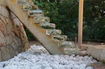 石室と本殿とを結ぶガラスの階段。