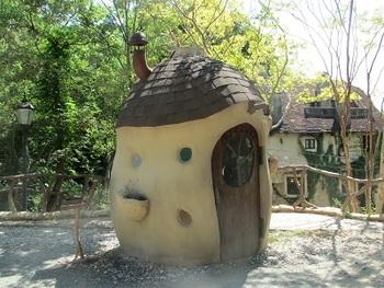 ころんとしたキノコみたいな可愛い建物は「空飛ぶガーデンハウス」。扉も可愛らしく、ぜひ中に入ってみたくなりますね。