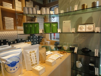 鹿児島から、東京・自由が丘に進出した日本茶の専門店です。自慢の緑茶やほうじ茶だけでなく、店内で甘味を頂くこともできます。 こじんまりとした店内では、茶葉や茶器、お茶に合うお菓子の販売もしています。