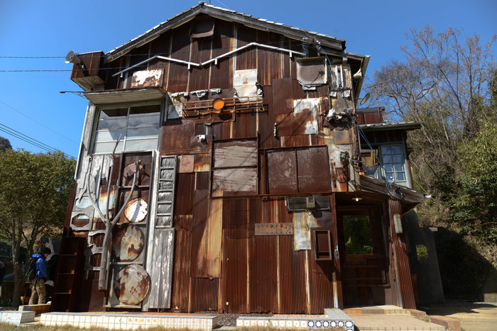 「はいしゃ」(舌上夢/ボッコン覗)  かつて歯科医院兼住居であった建物を、大竹伸朗さんがまるごと作品化!  家の中は彫刻的であり、絵画的であり・・・・なんです。