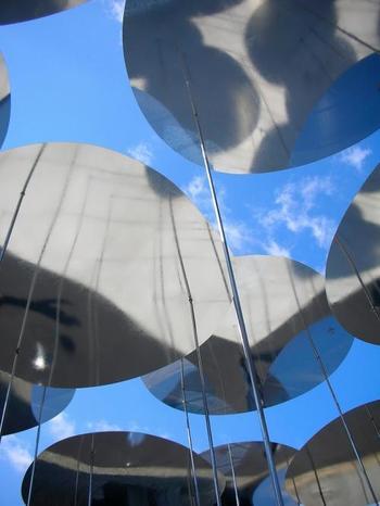 住宅街には・・・・  建築家ユニットのSANAA(妹島和世+西沢立衛)さんの「空」。  銀色の円盤がゆらりゆらり。