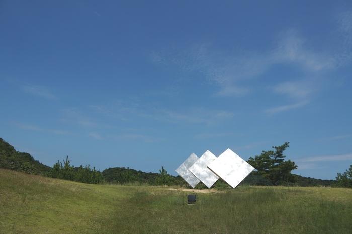 ANDO MUSEUM近くの丘の上には・・・・  ジョージ・リッキー「三枚の正方形」  なんと風向きによって、角度がそれぞれ変わるとのこと。