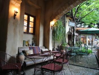 レストランにはテラス席も。お天気の良い日にはたくさんのゲストがお食事を楽しみます。