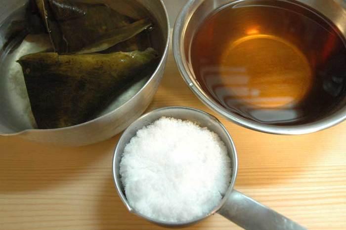 米酢と上白糖で作る、作り置きできる甘酢は、あるととっても便利です。酢の物や、ミョウガの甘酢漬けなど、旬の野菜をつけたり和えたりできますよ。
