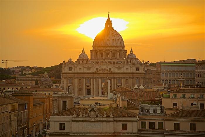 イタリア国内には、カトリックの総本山、ヴァチカン市国があり、イタリア国民には多くの敬虔なカトリック教徒がいます。キリストの降誕を表すクリスマスは、一年で最も重要な日。街のにぎわいも買い物客の多い24日の夕方ごろまで。25日~26日は、ほとんどのお店が閉まってしまいます。日本でいうと、大晦日からお正月のイメージです。