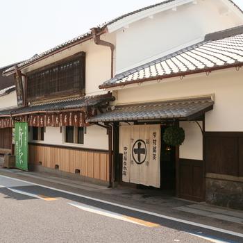 安政元年創業、150年以上続く老舗のお茶屋さん「中村藤吉本店」は宇治にあります。休日には多くの観光客が訪れています。京都駅店、平等院店にもカフェが併設されています。