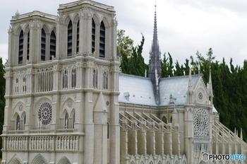タージマハールやピサの斜塔など世界の有名な建築物が1/25で再現されています。  写真は「ノートルダム大聖堂」。