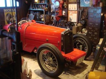 ルパンが乗っているみたいなおしゃれなクラシックカーが展示されたミュージアムです。ガレージの内装もまるで映画のセットみたいですね。