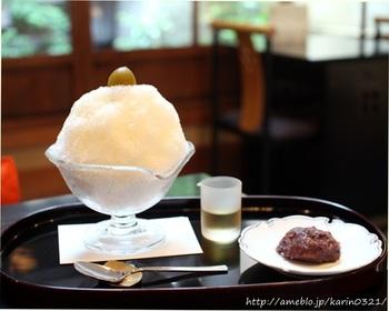 """夏季限定で楽しめる「栖園(せいえん)」のかき氷は、宇治金時などのオーソドックスなメニューの他に、ミルクミントなどの変わったメニューも。中でも大人に嬉しい梅酒をかけて頂く""""梅酒みぞれ""""は、ふわふわの氷と梅酒シロップが相性抜群!すっきりとした味わいが楽しめます。"""