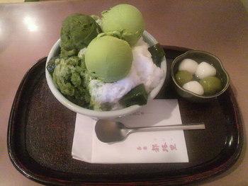 """京都でも行列ができるお店として知られる「茶寮都路里 本店」では、""""都路里氷""""や""""特選都路里氷""""の他、京都にゆかりのある名前がつけられたかき氷が楽しめます。シャーベットや抹茶ゼリー、白玉などのトッピングをプラスする味わい方もおすすめです。"""