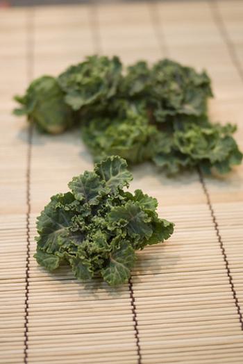 プチヴェールは、芽キャベツとケールを交配させた、日本生まれのアブラナ科の新野菜。種はほとんど販売されていないようなので、苗から育てましょう。日当たりがいい場所であれば、プランターでもOKです。1本の株に、50~80個ほどのプチヴェールがつくそうです。