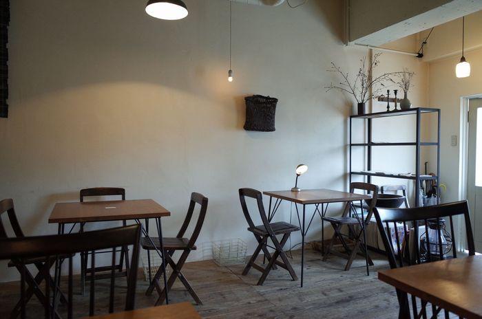 コーヒーと小道具と音楽を愛する店主。店内の様子はこのように落ち着いた感じです。床・テーブル・イス全て木で構成されていて落ち着いてコーヒーを楽しむ事が出来ます。