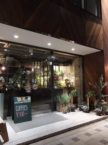 北浜駅徒歩3分、中之島に流れる川に面したカフェです。 プラントショップが併設されていて観葉植物が好きな方に特にオススメです。