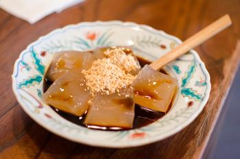 黒蜜をたっぷりかけて、きな粉を少し。ツルンとモッチリ。 わらび餅と黒蜜の組み合わせはたまらない美味しさ。