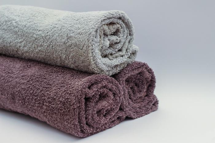 昆布の表面についている白い粉は旨み成分です。水洗いをすると、この旨み成分まで流れてしまいますから、昆布の表面を固く絞った布巾でさっと拭きます。