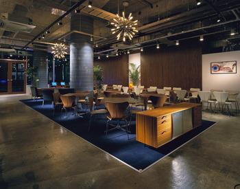 繁華街の中にありながらスペースをゆったりと使った店内でゆっくりと休めるカフェとして人気は高いです。 女性専用ソファー等も用意されていて特に女性からの支持は厚いものとなっています。