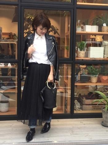 ライダースのハードな雰囲気と、ガーリーなレーススカートを合わせた甘辛ミックススタイルです。インナーが白シャツだと、きちんと感のある装いに。