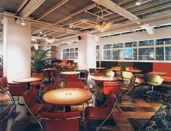 店内も広く落ち着いた雰囲気でカフェやランチを楽しむ事が出来ます。スピーカーから流れる落ち着いた雰囲気の音楽もゆったりとした午後の時間を演出してくれます。