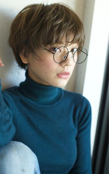 眼鏡は種類が多く、顔の形によっても、合う・合わないが出てきます。そこで今回は、眼鏡を選ぶ際に知っておきたいアレコレをまとめてみました。