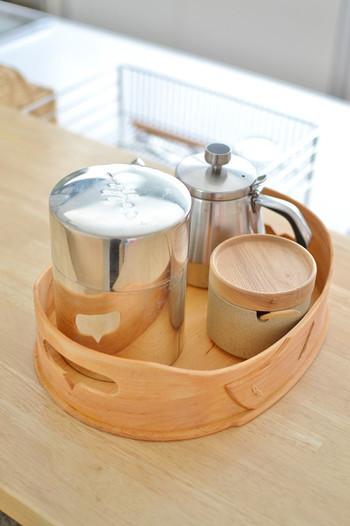 急な来客!そんな時、普段からお茶セットをまとめておけば、サッと取り出してスムーズにおもてなしができますよね。このように、同じタイミングで使うものをまとめておくのが「グルーピング収納」です。