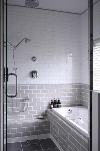 冷え症改善におすすめの入浴法は39℃くらいのお湯で20分~30分ほど半身浴をすること。  また、42℃くらいの熱いお湯に半身浴で3分、次に浴槽から出て手足に冷水を10秒。 これを5回ほど繰り返す「温冷交代浴」もおすすめです。