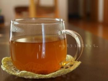 冷え症改善におすすめなのが、梅醤番茶。 こちらは熱い番茶に梅干しと醤油、生姜汁を混ぜて作ります。
