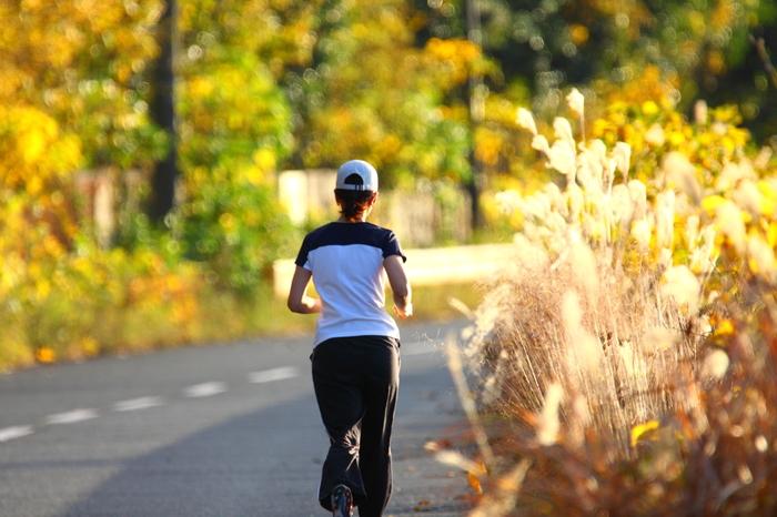 筋肉量を増やして代謝を上げることも、冷え症改善に役立ちます。 中でもウォーキングやジョギングは身体への負担が少なく、基礎代謝を上げて熱効率のよい身体を作るのに一役買うと言われています。