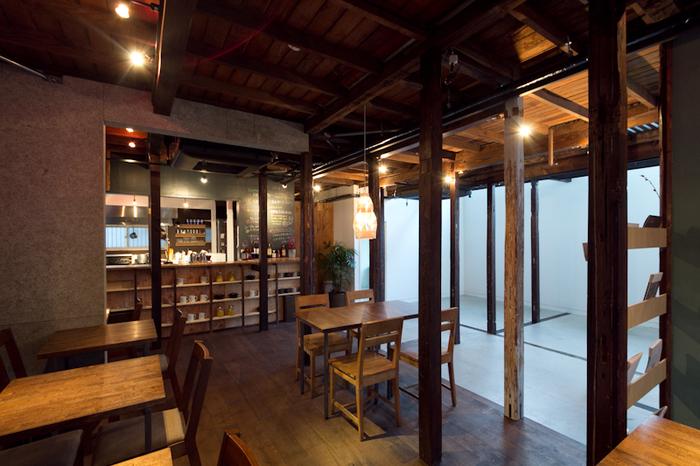 時代の歴史が刻まれた梁と柱を活かした店内は、モダンでありながら、どこか懐かしさを感じる空間です。