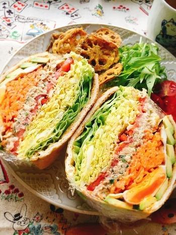 油揚げに、鯖の水煮や野菜をたっぷりはさんだ新感覚のボリュームサンド。人気の鯖サンドも、油揚げを使うと全く違ったテイストになります。糖質を控えめにしたい方にもおすすめ。