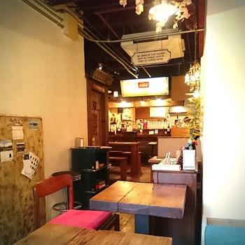 店内は優しいランプの明かりで、ゆったりとリラックスできるカフェバーの雰囲気になっています。