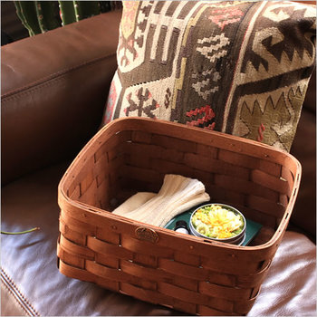 本やアロマ、冷え性対策アイテムなど、快眠のためのリラックスグッズをベッドサイドに。