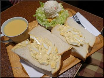 東銀座駅に近い「アメリカン」は、パン1斤を使った超ビッグサイズのサンドイッチが名物でテレビなどでも紹介されているお店。イートインで楽しめ、サラダやスープも付いてとてもリーズナブル。食べ切れなかった分は、パックに入れて持ち帰ることができます。